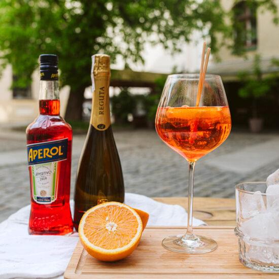 Włoski drink z prosecco i likierem Aperol oraz pomarańczą.
